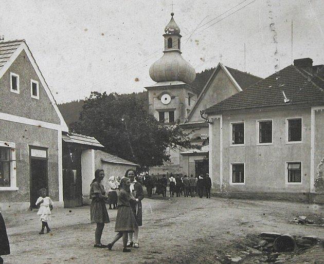 Štěpánov nad Svratkou. Ulice ke kostelu v roce 1927.