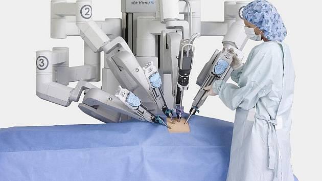V Nemocnici svaté Zdislavy zvládli robotem tisící operaci.