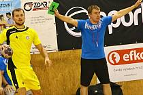 """Trenér extraligových házenkářů Nového Veselí Pavel Hladík (vpravo) emotivně prožívá každý zápas. V poslední době má dost důvodů k radosti, jeho svěřenci začínají vystrkovat růžky. """"Hráči jdou výkonnostně nahoru,"""" tvrdí mladý kouč."""