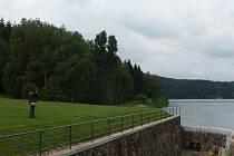 """Z technických a bezpečnostních důvodů se nemohla prohlídka přehrady Mostiště uskutečnit podle představ většiny návštěvníků. Skupina asi padesáti zájemců však v sobotu přesto odcházela spokojená i s """"pouhým"""" výkladem."""