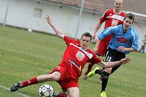 Jedním z těch, kdo pamatují postupovou sezonu před deseti lety, je i pravý bek Zdeněk Mucha (u míče). V základní sestavě se s minimálními přestávkami udržel už přes deset let.