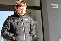 Aleš Jirsa obžalovaný z pokusu o znásilnění dívky odchází po rozsudku od Okresního soudu v Havlíčkově Brodě.