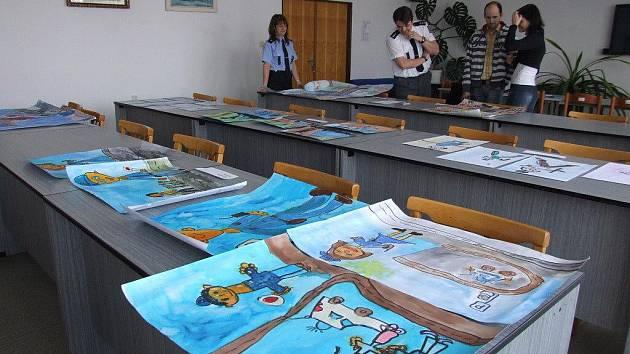 Desítky výtvarných prací jsou nyní k vidění v budově Obvodního oddělení Police ČR ve Žďáře nad Sázavou. Jejich autory jsou děti z devíti tříd mateřských škol v regionu.
