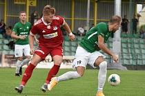 V dalším přípravném utkání se fotbalisté Velkého Meziříčí (v červeném) s hráči Žďáru příliš nepárali.