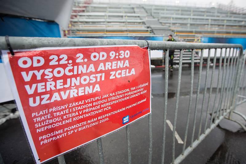 Závod SP v biatlonu (štafeta ženy 4 x 6 km) v Novém Městě na Moravě. Informační cedule o uzavření Vysočiny areny pro diváky.