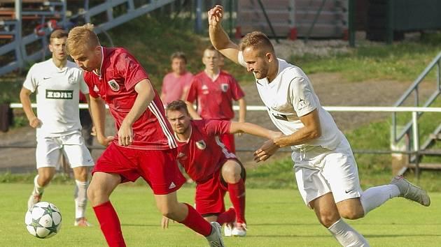 Jediný loňský vzájemný souboj mezi fotbalisty Žďáru (v bílém) a Bystřice (v červeném) skončil drtivou výhrou prvně jmenovaných 7:1.