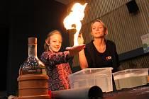 Fascinujícím světem vědy dětské i dospělé návštěvníky provedlo fyzikální divadlo ÚdiF. A to prostřednictvím samoobslužných stanovišť, rukodělných dílen a komentovaných pokusů (na snímcích).