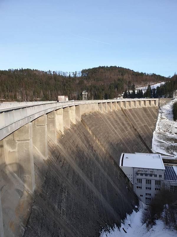 Vírská přehrada na Žďársku je oblíbeným cílem výletů a vycházek.