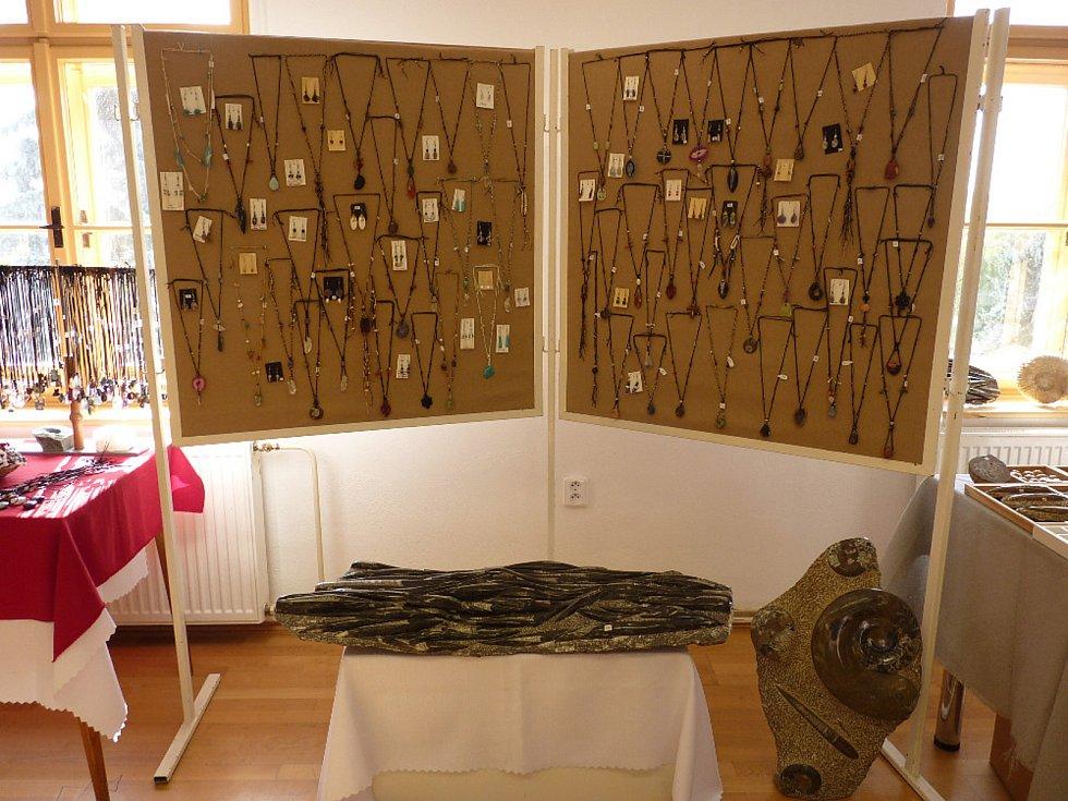 Minerály, zkameněliny i šperky z kamenů a přírodních materiálů mohou nyní obdivovat návštěvníci Klubu kultury ve Velké Bíteši. Už 6. ročník výstavy tam zorganizovali manželé Petra a František Šínovi, pro které je sběratelství minerálů celoživotním koníčke