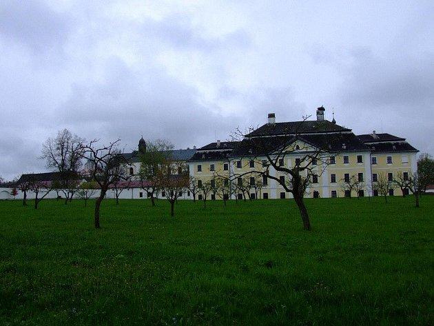 Místa, která jsou návštěvníkům žďárského zámku běžně zapovězena, v neděli 9. května ožijí. Provázet je jimi navíc budou průvodci oblečení do historických barokních krojů.