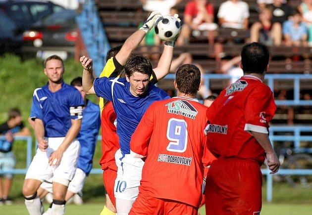 Žďár (v modrém) rozstřílel v divizním derby Velké Meziříčí.