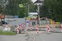 Oprava mostu přes řeku Oslavu komplikuje jízdu řidičům projíždějícím centrem Ostrova nad Oslavou na Žďársku. Doprava je v místě řízena kyvadlově, provoz řízený světelným signalizačním zařízením je veden pouze jedním jízdním pruhem.