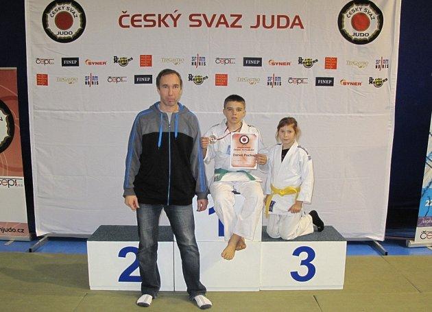 Zlatý judista Daniel Pochop pózuje společně s trenérem Pinterou a pátou Alexandrou Čížkovou.
