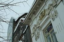 Dezolátní stav hotelu Bílý lev způsobuje technické problémy i sousední budově hotelu Veliš.