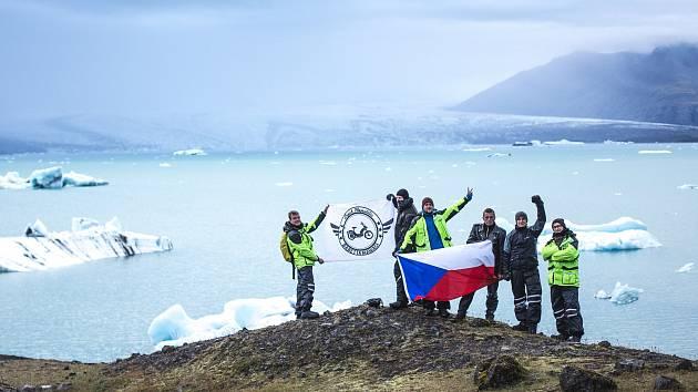 Ledovcové jezero Jökulsárlón (zleva Jakub Dlouhý, Martin Nykodým, Libor Vávra, Tomáš Prudký, Tomáš Gregor, Daniel Peprník).