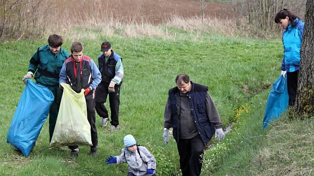 Sběru odpadků se každoročně účastní okolo hasičských třiceti sborů