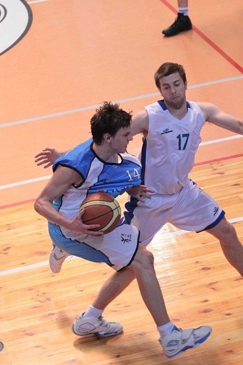 Basketbalisté Žďáru (v bílém) nedělní utkání s Jičínem nezvládli.