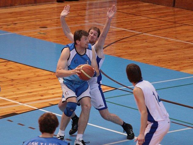 Basketbalisté Žďáru (v bílém) nedělní utkání s Jičínem nezvládli a jejich šance na postup do I. ligy se už pohybuje jen v oblasti teorie.
