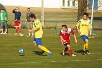 Béčko Nové Vsi (ve žlutém) doma v sobotu zdolalo Svratku (v červeném) překvapivě vysoko 5:2.