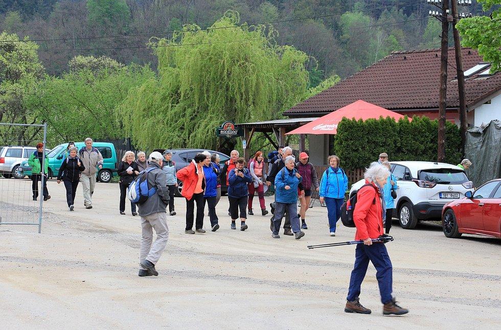 Ani výrazné ochlazení a ne příliš optimistická předpověď počasí neodradily stovky turistů od tradičního jarního výšlapu.
