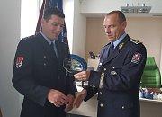 Ředitel Krajského ředitelství policie Kraje Vysočina Miloš Trojánek (vpravo) předal Stanislavu Sochorovi (vlevo) ocenění za projevenou statečnost a duchapřítomnost při záchraně života.
