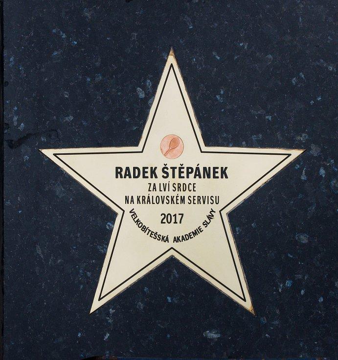 Sbírku hvězd v chodníku slávy před známou restaurací U Raušů ve Velké Bíteši o hodové neděli rozšířila hvězda sportovní – Radek Štěpánek.