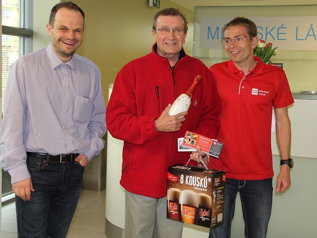 Padesátitisícím návštěvníkem Městských lázní se stal Pavel Král (na snímku uprostřed) z Nového Města na Moravě.