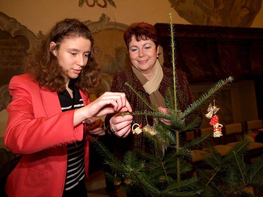 Pět významných žen,  působících v oblasti veřejného života, ozdobilo včera v Kamenném sále zámku v Třebíči vánoční stromky.