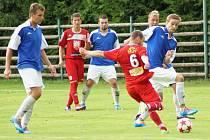 V obou pohárech postupovali favorité. Velké Meziříčí (v červeném) přešlo přes Starou Říši do 2. kola MOL Cupu. Nová Ves (v modrém) už je v semifinále krajského poháru.