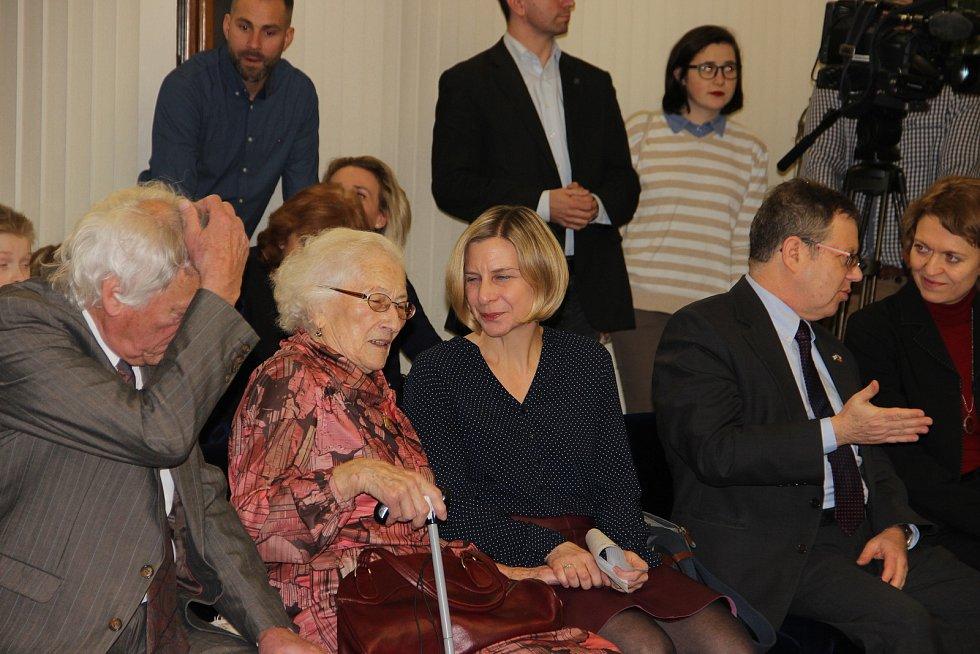 Jaroslava Doležalová obdržela čestné občanství Žďáru nad Sázavou. Vpravo Astrid Herbisonn, dcera zachráněné Jarmilky Wilhelmové, a izraelský velvyslanec Daniel Meron.