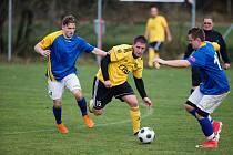 Dvě posily z vyšší soutěže, plus k tomu dva návraty ofenzivních opor po zranění. Fotbalisté Hamrů nad Sázavou (ve žlutých dresech) se na jaro připravují po všech stránkách.