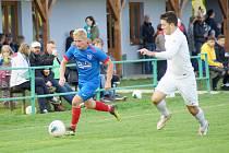 Fotbalistům Radešínské Svratky (v modrém) se v neděli dařilo, v derby zdolali výrazně omlazenou sestavu rezervy FC Žďas (v bílém) 3:0.