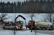 Na konci obce Moravec ve směru na Bobrovou skončila v příkopu cisterna.