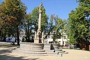 Mlatové chodníky jsou v horní části Vratislavova náměstí od roku 2014.
