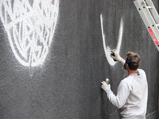 Průchod z náměstí Republiky do Husovy ulice zdobí dílo Lukáše Kladívka, který na festival Zdi přijel z Poděbrad.