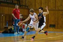 Před posledními dvě duely základní části letošního ročníku 2. ligy jsou basketbalisté Žďáru (v bílém) na postupové osmé příčce do play-off.