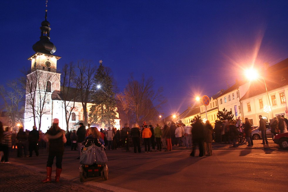 Rok co rok na začátku adventu město slavnostně rozsvítí letitý smrk rostoucí v centru.
