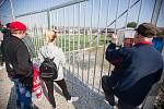 Fanoušci u plotu zavřeného stadionu ve Velkém Meziříčí při fotbalovém zápasu FC Velké Meziříčí a FC Vysočina B.