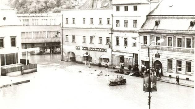 Při povodni v roce 1985 bylo ve Velkém Meziříčí zaplaveno i náměstí. Proti velké vodě mají pomoci budovaná ochranná opatření kolem řek Balinky a Oslavy. Práce se kvůli rozšíření projektu protáhnou do léta 2014.