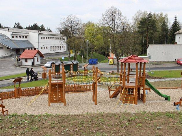 Součástí přestavby centra Hamrů nad Sázavou se stalo i nové hřiště s hracími prvky pro děti.