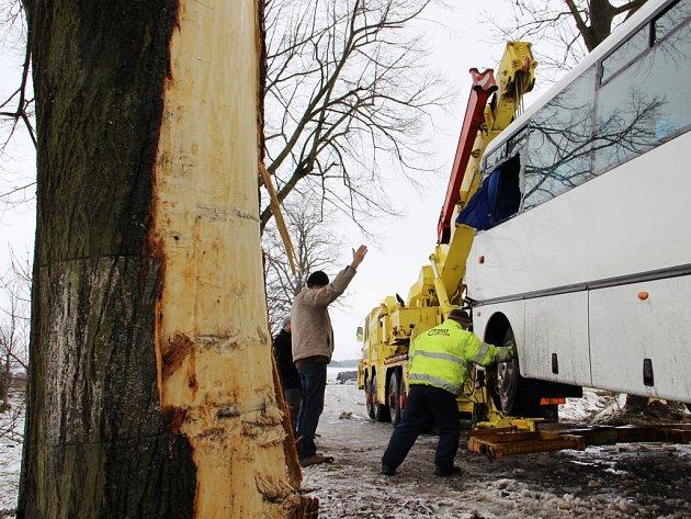 U Poděšína narazil autobus do stromu. Zraněno bylo osm lidí, sedm dospělých a jedno dítě. Utrpěli lehčí poranění, především zhmožděniny.