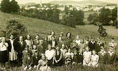 Fotografie školáků ze Slavkovic z roku 1951.
