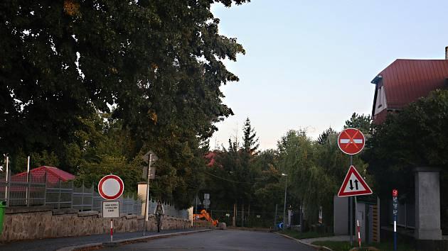 Oprava Tyršovy ulice trápí řidiče i chodce.