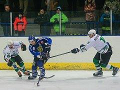 Tucet branek bylo v sobotu k vidění na stadionu rosických Štik. Hokejisté Velkého Meziříčí (v modrém) zde jednoznačně zvítězili poměrem 8:4.