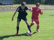 V závěrečném kole moravskoslezské divize dorostu na sebe narazili junioři Havlíčkova Brodu (v černém) a HFK Třebíč (v červeném). Z dvojutkání vyšli po výhrách 2:0 a 4:3 lépe dorostenci Horáckého fotbalového klubu.