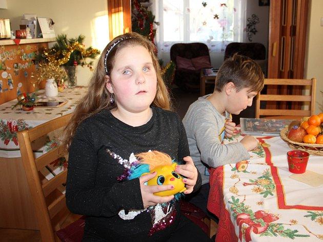 Do konce dubna lidé prostřednictvím žďárské charity sbírali víčka od PET lahví pro nevidomou holčičku Lindu (na snímku), nyní je možné přispět nemocnému Martínkovi.