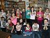 Děti společně s knihovnicemi tvořily knihomyši. Foto: Milada Holešová