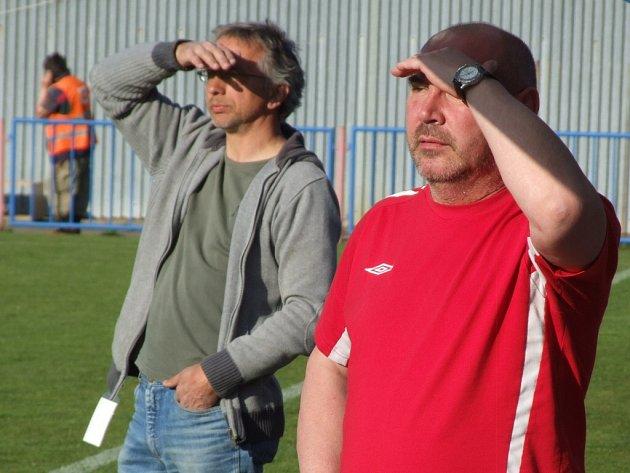 Trenér Třebíče Libor Zelníček (vlevo) se svým asistentem Miloslavem Louckým při utkání s Uničovem.