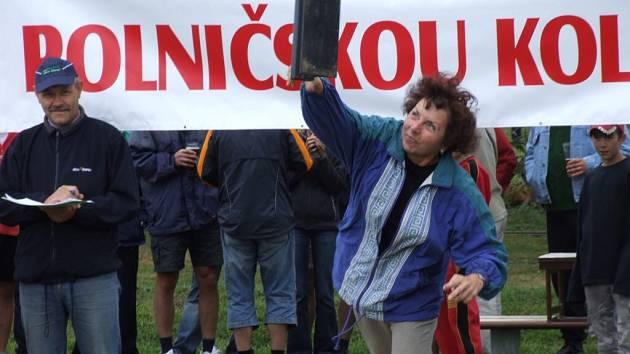Zdena Frištenská při hodu kolejnicí.