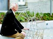 Připomínkou osobnosti Vavřína Krčila a tradice síťkování na Žďársku je ve Žďáře socha muže se síťovkou, sedí u ní Krčilův vnuk Roman Krčil.
